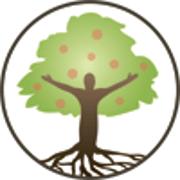 L'icône d'Aliments d'ici est composé d'un cercle avec, au centre, un arbre fruitier dont le tronc est en forme d'humain, la tête au centre et les bras levés, faisant office de branches. Le tronc-humain est brun. Le feuillage est vert et les fruits sont des ronds orange-rouges sur le feuillage. Le tronc-humain a des racines qui descendent jusqu'au bord du cercle. L'arrière-plan est blanc.