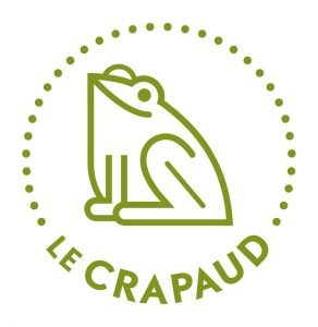 """Logo du CRAPAUD de forme carrée. Au centre, il y a un dessin minimaliste de crapaud, en vert lime. Le crapaud regarde en haut à gauche. Le crapaud est entouré de points suivant la ligne d'un cercle invisible. Au bas est écrit """"Le CRAPAUD"""", suivant la même ligne invisible. L'arrière-plan est blanc."""