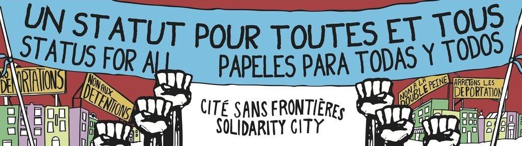 """Bannière de Solidarité sans frontières. Au centre en bas est écrit sur fond blanc """"CITÉ SANS FRONTIÈRES"""", puis en dessous """"SOLIDARITY CITY"""" d'une typographie ondulante. De chaque côté du rectangle blanc se trouvent des poings blancs avec contours noirs levés, de style infographique. Au-dessus des mains se trouve une banderole de manif bleu où il est écrit """"UN STATUT POUR TOUTES ET TOUS"""" et en dessous """"STATUS FOR ALL"""" suivi de """"PAPELES PARA TODAS Y TODOS."""" En dessous de la bannière, en arrière-plan des mains, se trouvent des immeubles de différentes couleurs (vert olive, lilas, jaune pâle) et avec des fenêtres blanches, sur lesquels se trouvent des affiches avec divers écriteaux, notamment: """"No deportations"""", """"Non aux détentions"""", """"Non à la double peine"""" et """"Arrêtons les déportations"""". Le ciel est rouge vin."""