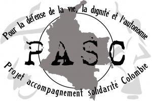 """Icône du PASC de forme rectangulaire. À l'avant-plan est écrit """"PASC"""" dans une typographie de type dactylo. Au centre en arrière-plan se trouve la silhouette grise du territoire de la Colombie. Celui-ci est entouré d'un cercle, lequel sert de pupille à l'image globale d'œil formée avec les écrits en courbe en haut et en bas. En haut est écrit """"Pour la défense de la vie, la dignité et l'autonomie"""". En bas est écrit """"Projet accompagnement solidarité Colombie"""". En arrière-plan, à gauche, se trouve un dessin en silhouette de la face d'une personne avec moustache portant un sombrero, puis, à droite, se trouve un dessin en silhouette d'une personne en robe dansant, une main sur la hanche et l'autre dans les airs."""