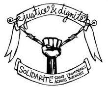 """Dessin de Solidarité sans frontières, en noir et blanc. Il s'agit d'un poing levé tenant et tirant vers le bas un fil barbelé. Les extrémités du barbelé se trouvent aux deux bouts d'un ruban où il est écrit en calligraphie """"justice & dignité"""". En bas du poing se trouve une banderole où il est écrit en gros à gauche """"SOLIDARITÉ"""" et en plus petit à droite en haut """"Sans Frontières"""" et en bas """"Across Borders""""."""