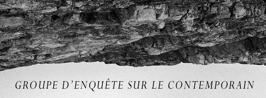 """Bannière de Stasis, en noir et blanc. Une photo d'un panorama de l'horizon à l'envers de sorte que le ciel plus pâle est en bas et la terre rocailleuse est en haut. En bas, dans le ciel, est écrit en noir """"Groupe d'enquête sur le contemporain""""."""