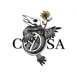 Nouveau logo de CASA. Il s'agit d'un dessin et de lettres. Au centre se trouve un oiseau dessiné en noir et blanc, tenant dans son aile droite (à la gauche du dessin) une bombe sur laquelle est écrit la lettre A en blanc, dont les extrémités touchent au cercle blanc qui l'entoure. De la bombe sort un pissenlit dont les pétales sont jaunes. L'oiseau a une tête de squelette. À gauche de l'oiseau se trouve la lettre C. À droite du A il y a les lettres S et A, pour former le mot CASA avec la bombe au centre.